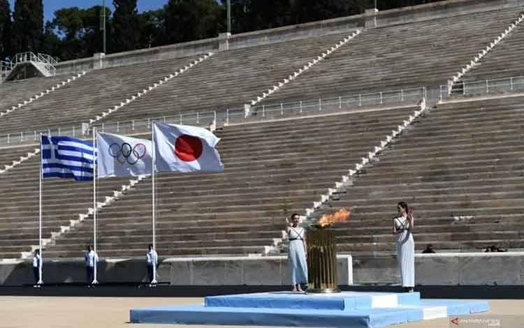 Acara serah terima api untuk Olimpiade Tokyo dilaksanakan tertutup tanpa penonton akibat wabah COVID-19, Athena, Yunani, Kamis (19/3/2020). ANTARAFOTO/Aris Messinis/Pool via REUTERS/foc.