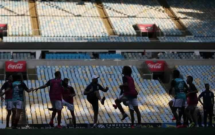 Arsip - Para pemain Flamengo melakukan pemanasan sebelum bertanding melawan Portuguesa dalam kejuaraan sepakbola Carioca Championship, tanpa penonton akibat merebaknya wabah COVID-19, di Maracana Stadium, Rio de Janeiro, Brasil, Sabtu (14/3/2020). ANTARA FOTO/ REUTERS/Ricardo Moraes/ama.