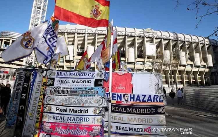 Arsip - Pernak pernik jelang pertandingan 16 besar Liga Champions antara Real Madrid melawan Manchester City di depan stadion Santiago Bernabeu, Rabu (26/2/2020). ANTARA FOTO/Reuters/PA Images/Nick Potts/pras.