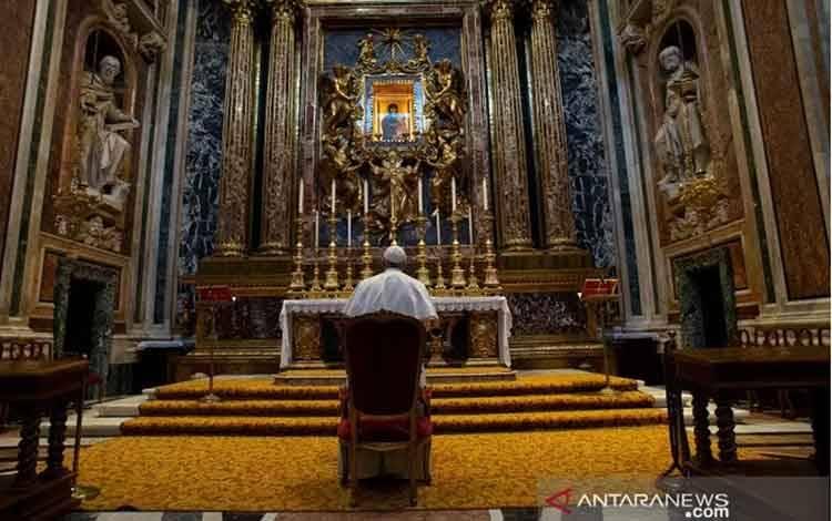 Paus Fransiskus berdoa di Basilika Santa Maria Maggiore untuk mengakhiri pandemi COVID-19, di Roma, Italia, Minggu (15/3/2020). ANTARA/HO/Vatican Media Handout via REUTERS/aww.