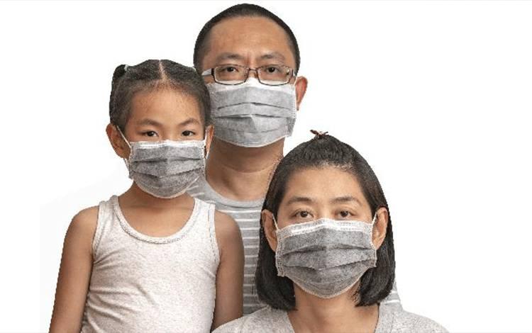 Ilustrasi penggunaan masker, sebagai salah satu upaya penyebaran virus.