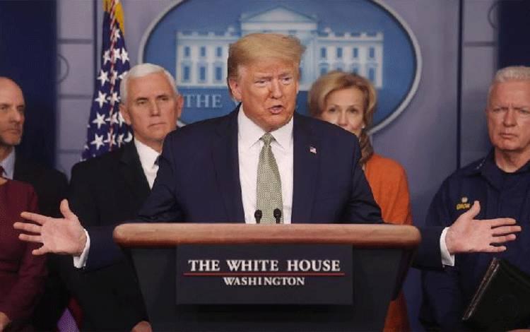Presiden AS Donald Trump menyampaikan pengarahan singkat tentang virus Corona di Gedung Putih di Washington, AS, 17 Maret 2020. (foto : Reuters via teras.id)