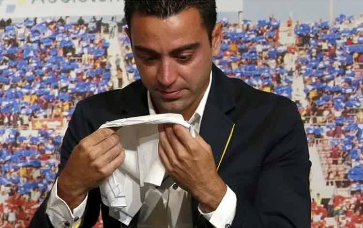 Pemain Barcelona Xavi Hernandez menangis dalam acara perpisahannya di Auditori 1899 di Stadion Camp Nou Barcelona, Spanyol pada 3 Juni 2015. (REUTERS/Gustau Nacarino)
