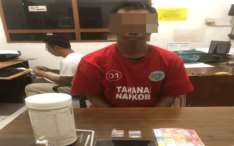 Su alias Uw, terduga pengedar sabu di Desa Lampuyang diringkus jajaran Satreskoba Polres Kotim, Senin, 30 Maret 2020.