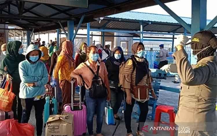 Arsip Foto. Pekerja Indonesia yang pulang dari Malaysia tiba di Pelabuhan Selatpanjang, Kabupaten Kepulauan Meranti, Provinsi Riau. (ANTARA/HO-Kesbangpol Kabupaten Kepulauan Meranti)