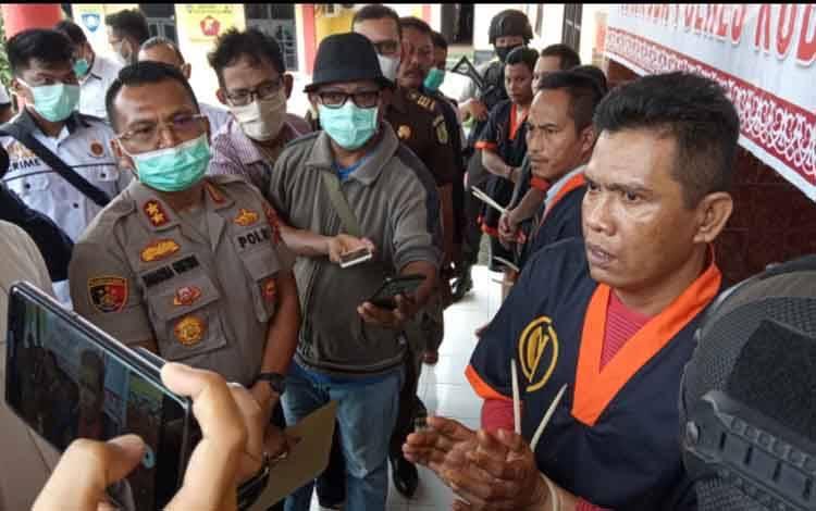 Wartawan abal-abal Iyan Ranjau saat ditanyai Kapolres Kobar, Senin, 30 Maret 2