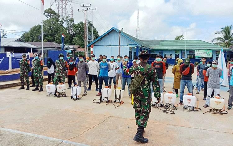 Para relawan yang akan melakukan penyemprotan disinfektan di Desa Lemo II.