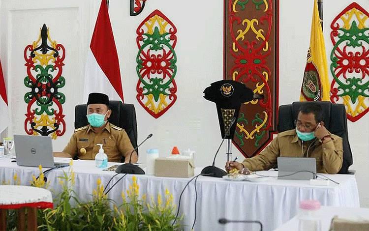 Rapat koordinasi penanggulangan Covid-19 dengan dipimpin oleh Gubernur Kalteng H Sugianto Sabran di Istana Isen Mulang pada Senin, 30 Maret 2020.