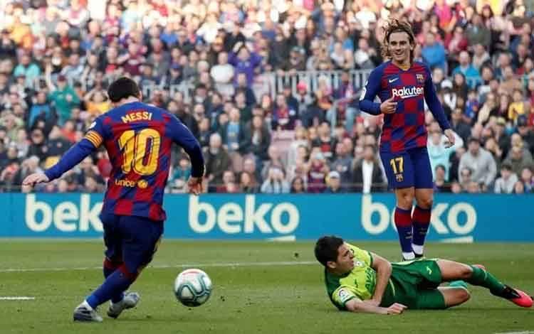 Pemain Barcelona Lionel Messi mencetak gol ketiga ke gawang Eibar pada pertandingan La Liga di stadion Camp Nou, Barcelona, Sabtu (22/2/2020). Barcelona menang telak 5-0, Lione messi borong empat gol. ANTARA FOTO/REUTERS/Albert Gea/pras.