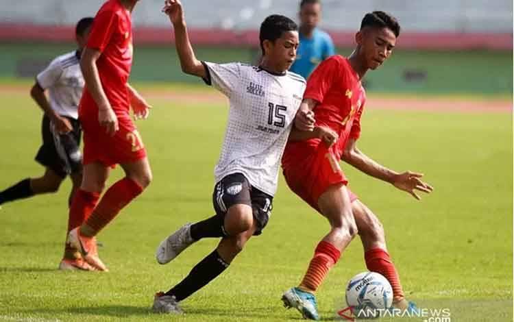 Pertandingan persahabatan Timnas U16 dengan dua tim lokal Jawa Timur. ANTARA/Marul/am.