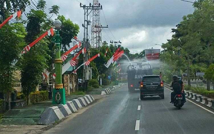 Mobil AWC Polres Kapuas saat melakukan penyemprotan cairan disinfektan di Kota Kuala Kapuas pada Selasa, 31 Maret 2020.
