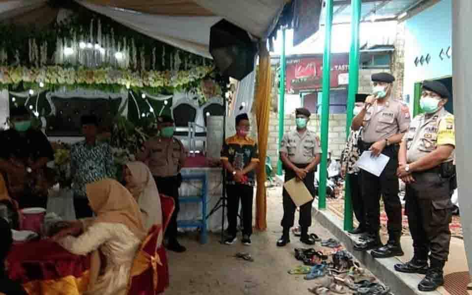 Polisi membubarkan resepsi pernikahan di Desa Pangkalan Satu, Kabupaten Kotawaringin Barat.