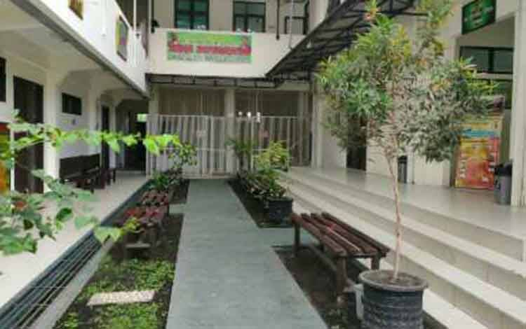 Depan ruang sidang Pengadilan Negeri Sampit