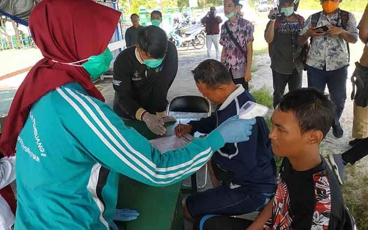 Pemantauan kondisi kesehatan warga atau penumpang yang datang dari luar daerah di posko pintu masuk wilayah Kuala Pembuang