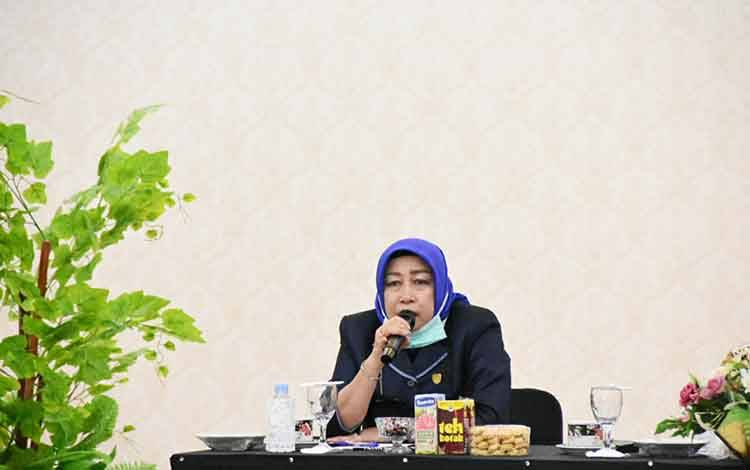 Ketua DPRD Barito Utara, Hj Mery Rukaini saat menyampaikan pendapat pada RDP yang dilaksanakan bersama pemerintah daerah di rumah jabatan bupati, Selasa 31 Maret 2020.
