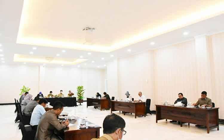 raat dengar Pendapat Pemerintah daerah Kabupaten Barito Utara bersama DPRD dalam  Upaya Pencegahan Penyebaran Covid-19 di Rumah Jabatan Bupati Barito Utara, Selasa 31 Maret 2020.