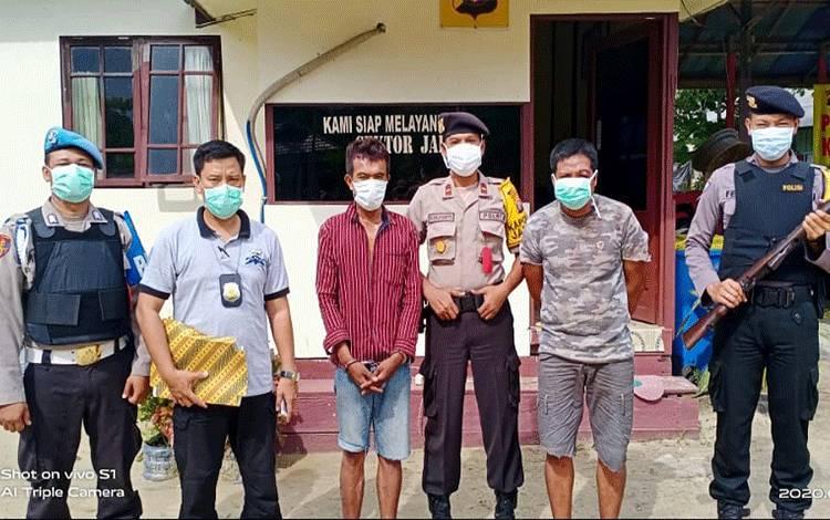Kedua pelaku pencurian laptop dan hp di rumah dinas gereja GPDI Elsaddai di Desa Pilang Kecamatan Jabiren Raya, Edi Gunawan (34) dan Muslimin (28) berhasil diringkus oleh Polsek Jabiren Raya Polres Pulang Pisau, Selasa, 31 Maret 2020.