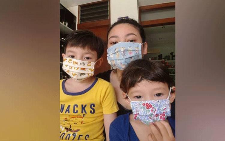 Agni Pratistha membuat masker kain untuk anak-anak. Instagram.com/@agnipratistha