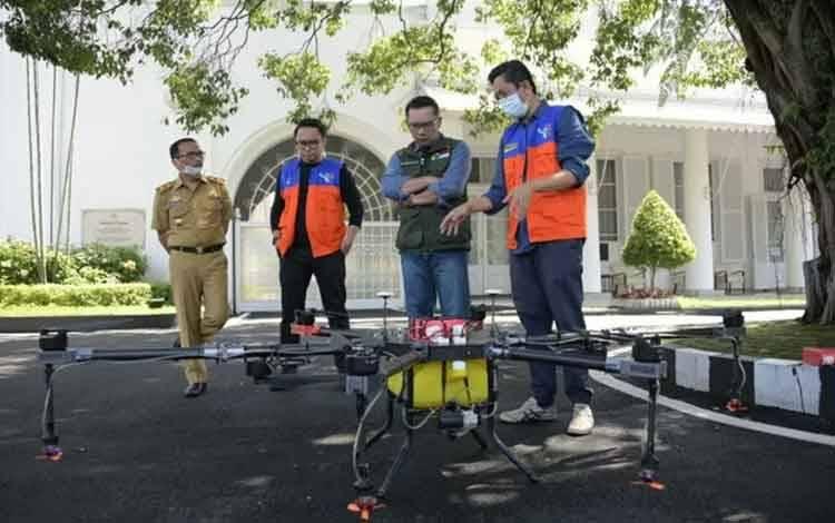 Gubernur Jabar Ridwan Kamil menyaksikan percobaan penggunaan drone disinfectant di Gedung Pakuan, Kota Bandung, Selasa (31/3/2020).  ANTARA/HO-Humas Pemprov Jabar