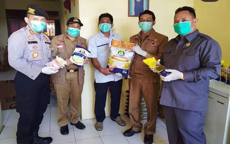 Ketua DPRD Mura Doni (kanan) bersama bupati, wakil bupati dan kapolres melakukan pengecekan sembako di gudang Bulog Beriwit, Puruk Cahu, Selasa, 31 Maret 2020.