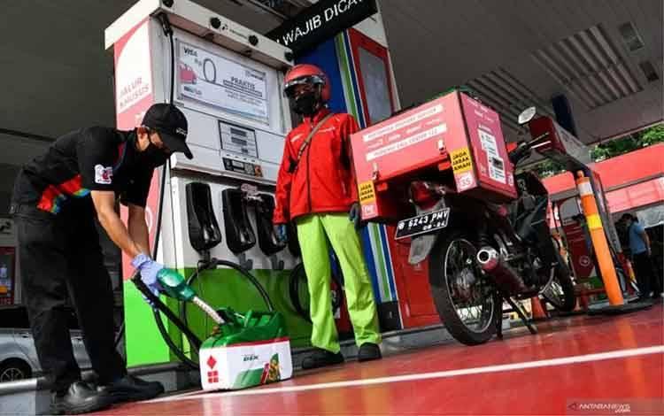 Petugas mengisi bahan bakar minyak (BBM) jenis solar ke dalam jeriken untuk layanan pesan antar BBM Pertamina di SPBU Pertamina MT Haryono, Jakarta, Rabu (25/3/2020). ANTARA FOTO/M Risyal Hidayat/aww/am.