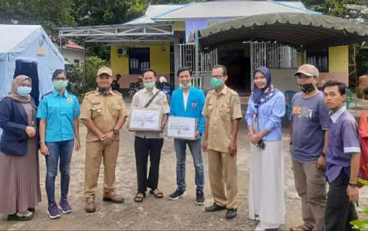Anggota DPRD Kapuas, Indah Ayu Lestari (tiga dari kanan) saat ikut terlibat penyaluran bantuan dari pemuda peduli Kapuas untuk Posko Covid-19 Kecamatan Basarang