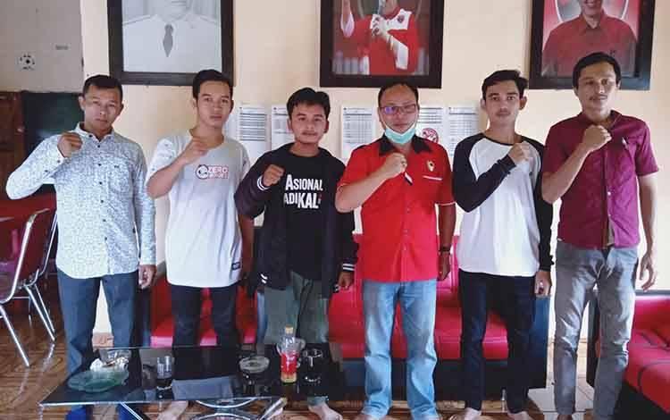 Pengurus perhimpunan Mahasiswa Barito Timur bersama anggota DPRD Barito Timur, Mardianto