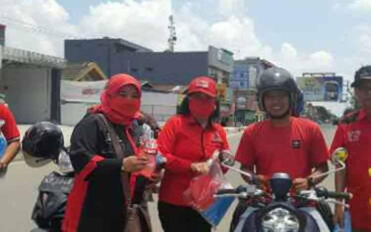 Ketua DPRD Kotim, Rinie A Gagah (pakai topi) saat membagikan masker