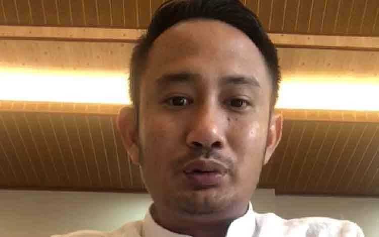 Wali Kota Palangka Raya Fairid Naparin menyampaikan keterangan melalui video.