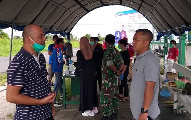 Ketua DPRD Seruyan Zuli Eko Prasetyo saat mengunjungi posko pemantauan covid-19 di kecamatan Seruyan Hilir Timur.