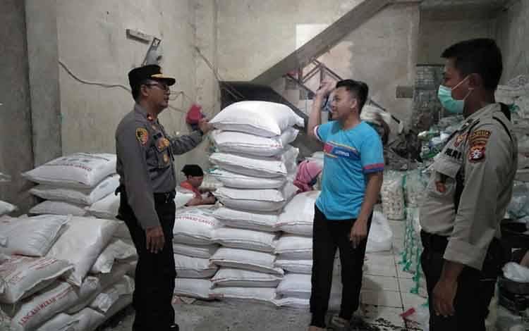 Kapolsek Pahandut Kompol Edia Sutaata bersama anggota melakukan pengecekan ke distributor gula pasir di Pasar Besar, Kota Palangka Raya, Kamis 2 April 2020