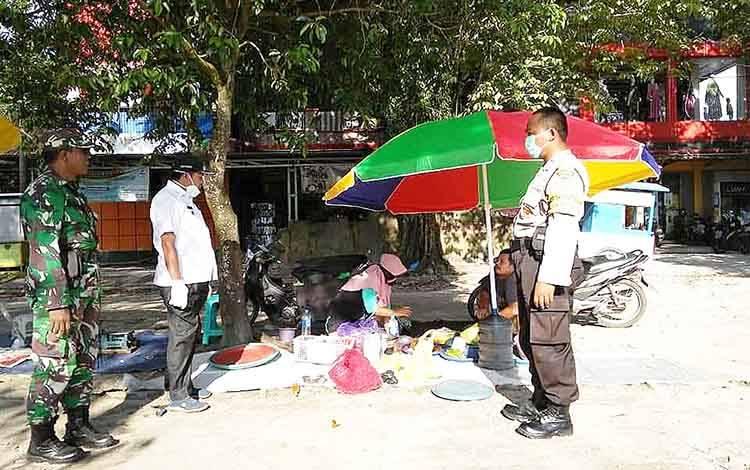 Pihak Kelurahan Bukit Tunggal sosialisasikan social distancing kepada warganya