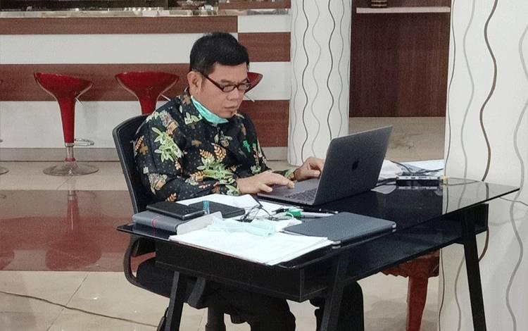 Bupati Barito Timur Ampera AY Mebas saat melakukan rapat secara online.