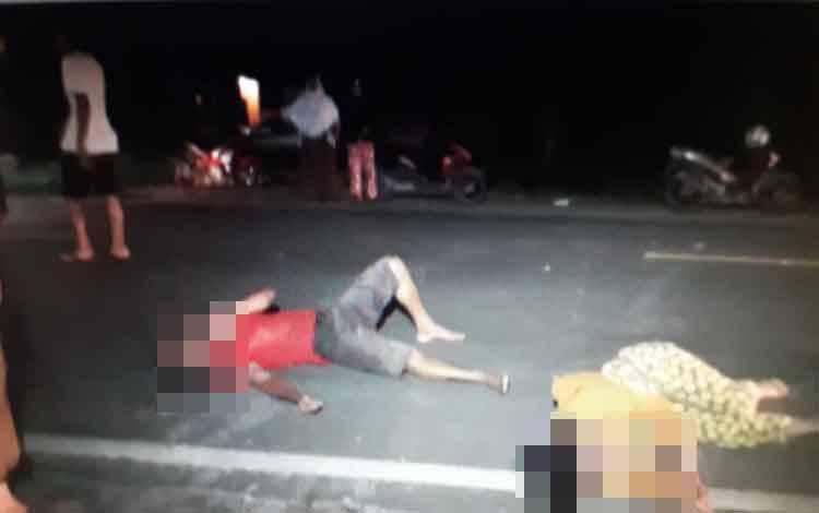 Sepasang suami istri diduga jadi korban tabrak lari tergeletak dipinggir jalan Pasir Panjang, Kecamatan Kumai, Kamis, 2 April 2020 malam
