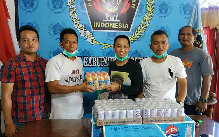 Anggota DPRD Kalteng, Feri Khaidir menyerahkan bantuan minuman nutrisi untuk para wartawan di Kuala Pembuang