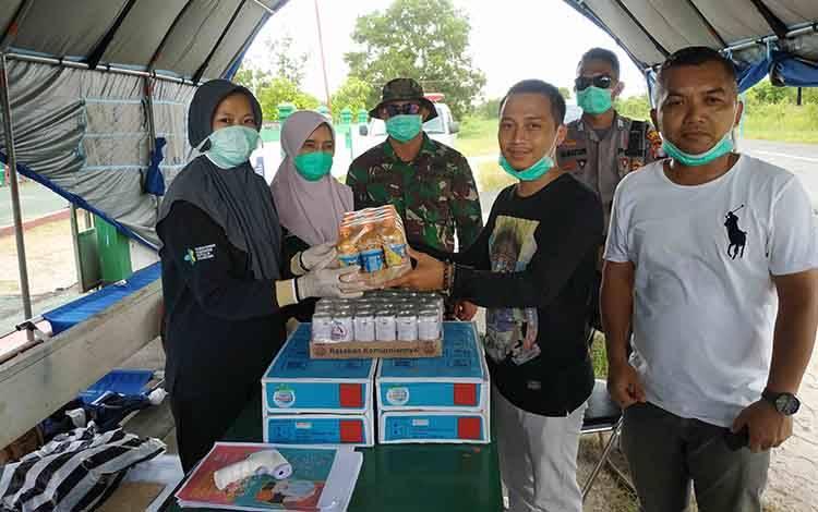 Anggota DPRD Kalteng, Feri Khaidir dan Ketua DPRD Seruyan menyerahkan bantuan untuk petugas posko Covid-19
