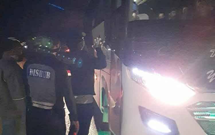 Pemeriksaan kendaraan dan penumpang pada jalur masuk wilayah Palangka Raya
