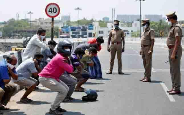 Sejumlah pria dihukum oleh petugas kepolisian karena melanggar peraturan lockdown yang diberlakukan di Chennai, India, 1 April 2020. Pemerintah India memberlakukan lockdown sejak 23 Maret lalu untuk mencegah penyebaran virus corona atau Covid-19. (foto : REUTERS via teras.id)