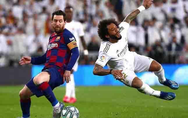 Penyerang Barcelona Lionel Messi, menjegal bek Real Madrid Marcelo dalam pertandingan Liga Spanyol di Santiago Bernabeu, Madrid, 2 Maret 2020. (foto : REUTERS)