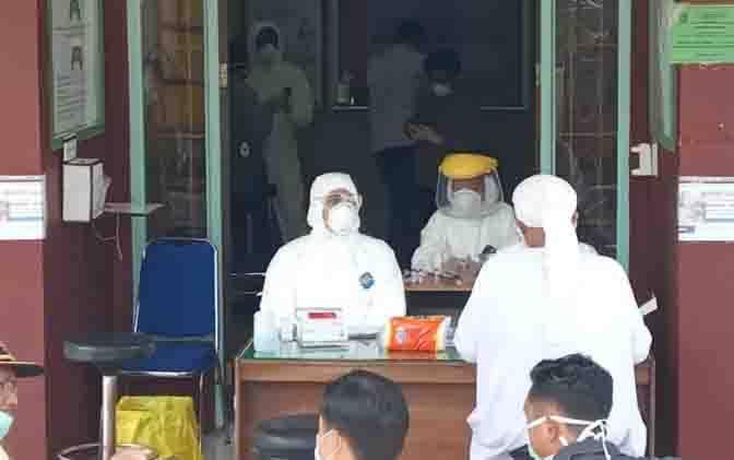 Pemeriksaan rapid test covid-19 dan pengambilan sampel swab para jamaah tabligh di Labkesda Kobar, Sabtu, 4 April 2020.