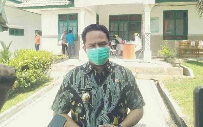 Bupati Lamandau, Hendra Lesmana saat memantau rapid tes untuk warga berstatus ODP Covid-19, Jumat, 3 April 2020.