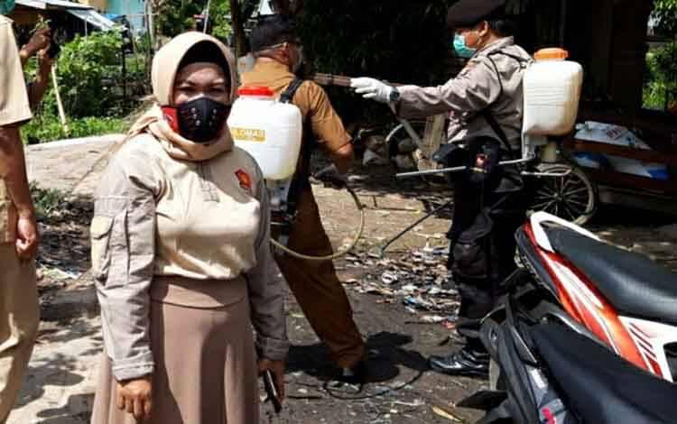 Anggota DPRD Kapuas Hj Hairiah saat ikut bersih-bersih lingkungan pemukiman di Kelurahan Pulau Kupang, Kecamatan Bataguh.
