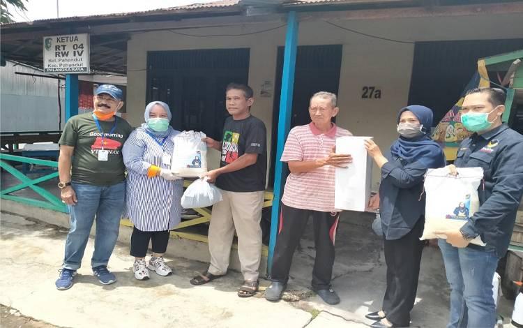 Ketua DPW Nasdem Kalteng, Faridawaty Darland Atjeh menyerahkan bantuan sembako kepada kurang mampu, Sabtu 4 April 2020