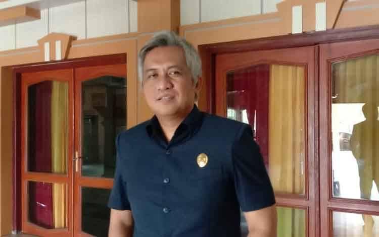 Anggota DPRD Kobar Erry Eryansyah menyarankan Pemkab Kobar mengambil opsi karantina wilayah.