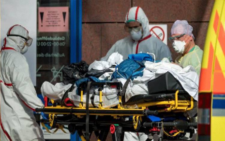 Seorang warga Italia terinfeksi virus corona atau Covid-19 saat tiba di rumah sakit Helios di Leipzig, Jerman, 25 Maret 2020. Pasien positif virus corona yang berhasil sembuh mencapai 212.994 orang. Hendrik Schmidt/Pool via REUTERS