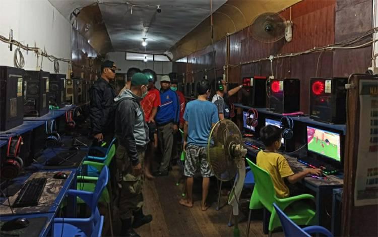 Personel Satpol PP dan Damkar Kapuas patroli pengawasan disalah satu warnet