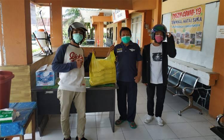 Relawan Dapur Tepi Arut membagikan nasi kotak pada petugas di Posko Covid-19 Terminal Natai Suka Pangkalan Bun