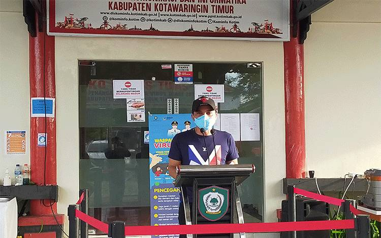 Bupati Kotim Supian Hadi gelar pers rilis bahwa ini3 warga Kotim dinyatakan positif Covid-19, 2 datang dari Gowa, 1 datang dari Tangerang, Minggu, 05 April 2020.