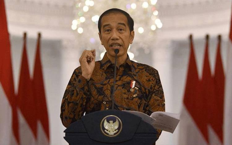 Presiden Joko Widodo (Jokowi) menyampaikan keterangan pers terkait penangangan virus Corona di Istana Bogor, Jawa Barat, Ahad, 15 Maret 2020. Jokowi meminta agar masyarakat Indonesia untuk bekerja, belajar dan beribadah di rumah guna mencegah penularan virus Corona. ANTARA/Sigid Kurniawan
