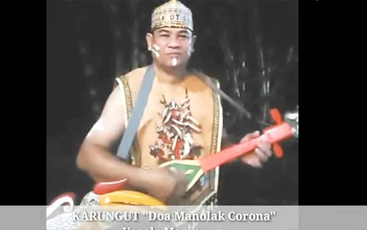 Kepala Dinas Kebudayaan dan Pariwisata Provinsi Kalimantan Tengah, Guntur Talajan memainkan kecapi.